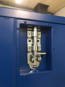 Kraftig låsning med hänglås möjlighet.